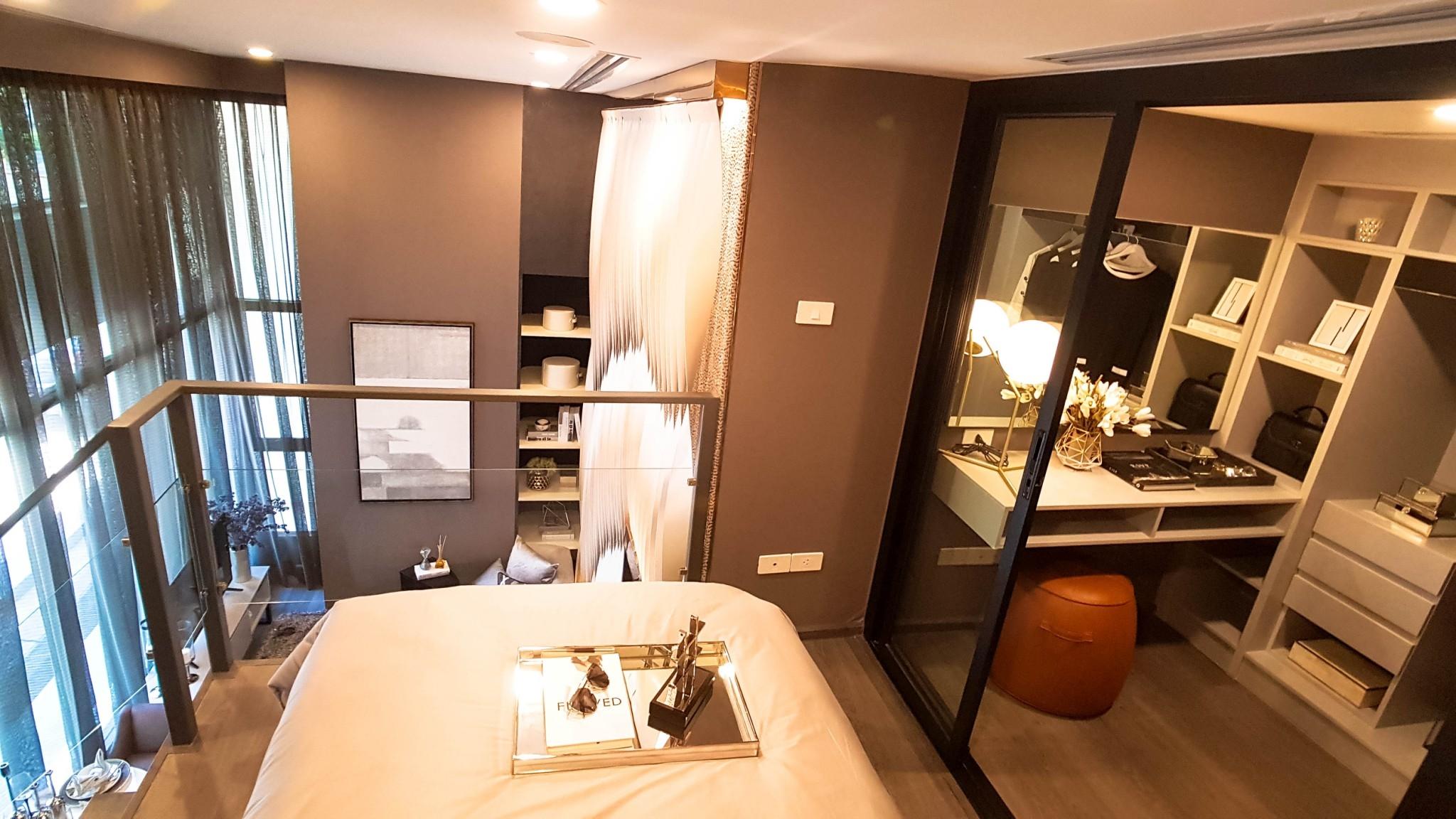 พื้นที่ชั้นบน ที่ออกแบบให้เป็นห้องนอน พร้อม walk-in closet