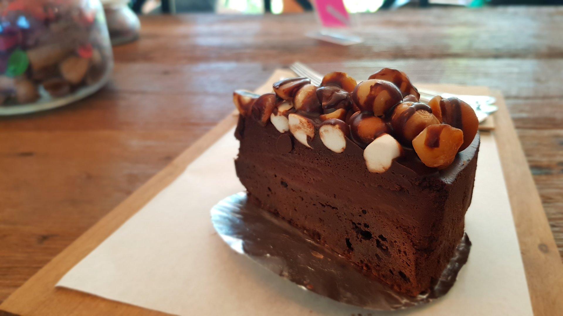 Macadamia Chocolate Cake @Buna Organic Coffee รสชาติเข้มข้น เมล็ดแม็คคาดาเมียกรุบกรอบ
