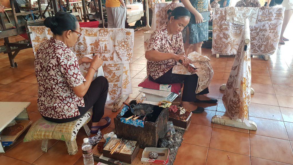 Bali Bidadari Batik ชมศิลปะการ paint ลวดลายบนผ้าบาติก บาหลี