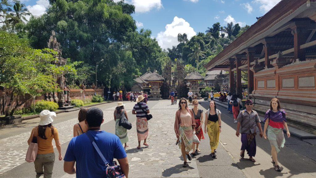 ทางเข้าวิหารศักดิ์สิทธิ์ภัคศิริงค์ บาหลี นักท่องเที่ยวที่ใส่กางเกงขาสั้น จะต้องนุ่งสโร่งเข้าไป