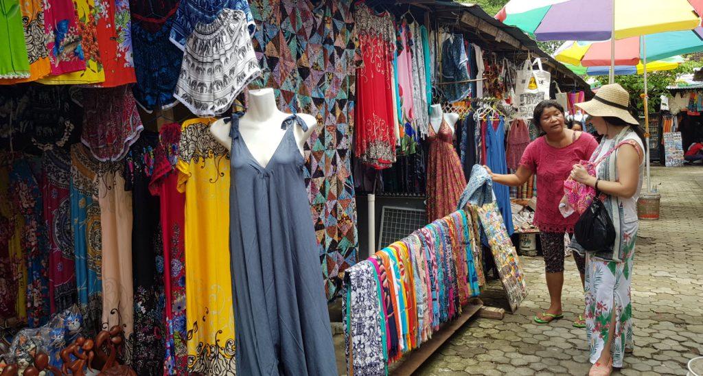 ตลาดปราบเซียน ซึ่งขายสินค้าพื้นเมือง ภายนอกวิหารศักดิ์สิทธิ์ภัคศิริงค์ บาหลี