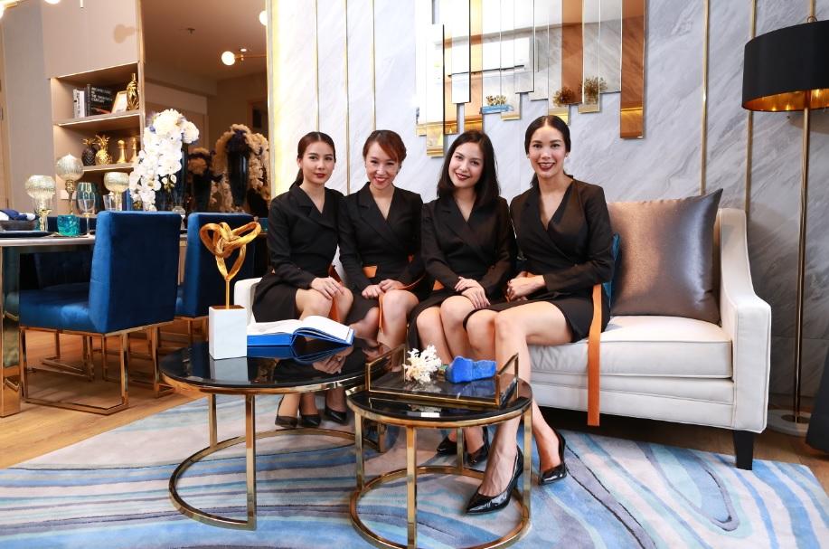 Fashion Set คอลเล็คชั่นชุดพนักงานขายใหม่ ในห้องตัวอย่างดีไซน์หรูใหม่ @ Park 24