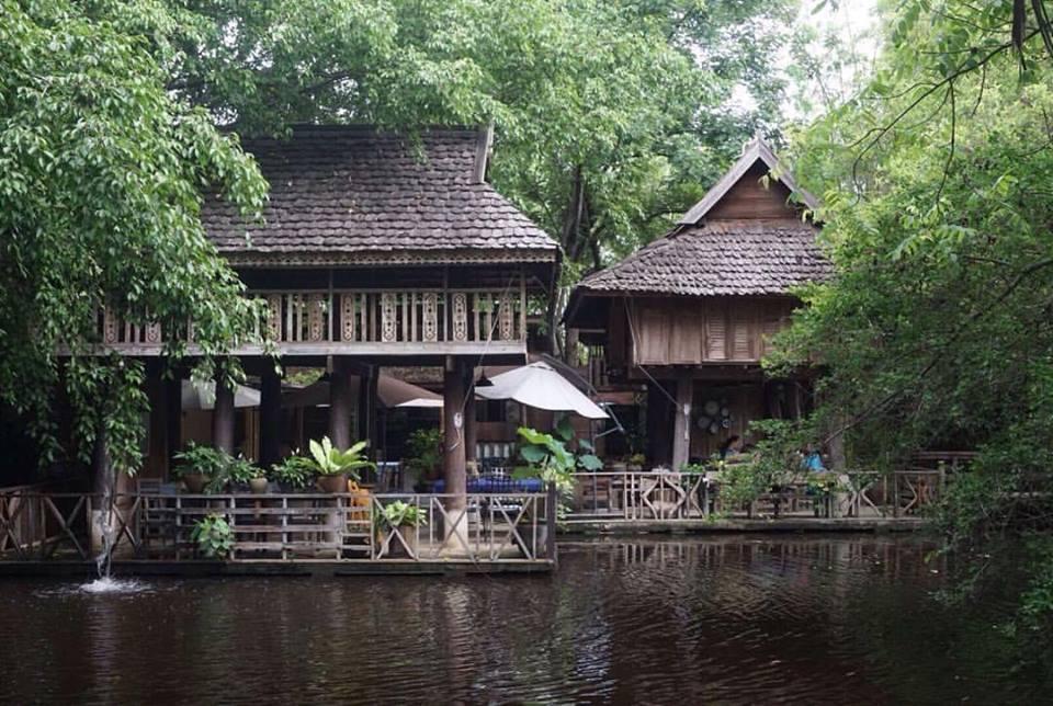 ร้านสไตล์บ้านไม้ในบรรยากาศที่สงบร่มรื่น ท่ามกลางธรรมชาติสวนป่า @ Meena (Source: Meena Facebook)