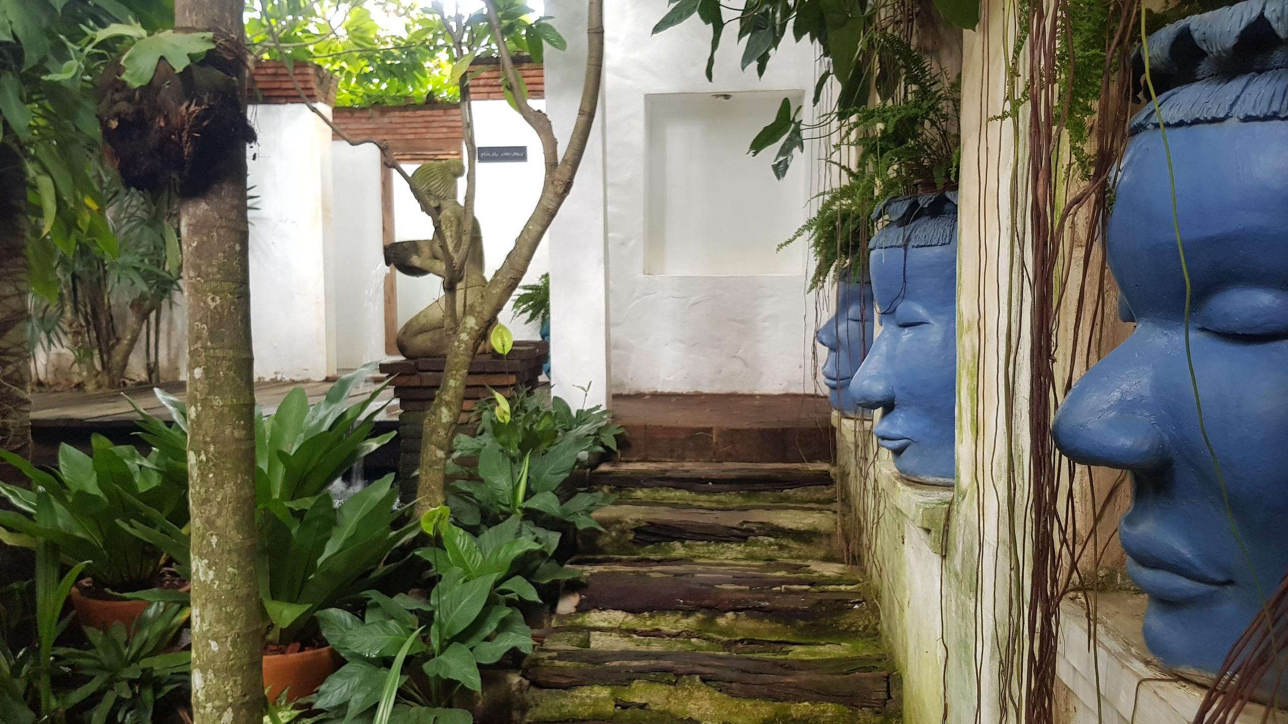บรรยากาศบริเวณห้องน้ำที่ทำให้รู้สึกเหมือนกับว่าอยู่ใน Art Gallery @ Café de Oasis