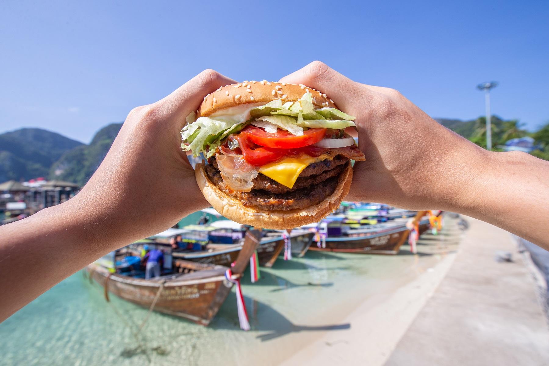 ภาพบรรยากาศวิวทิวทัศน์หน้าร้านเบอร์เกอร์คิงสาขาเกาะพีพี