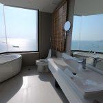 ความแกรนด์ของห้องน้ำ ที่ให้คุณได้แช่กายในอ่างอาบน้ำ พร้อมทอดสายตาชมวิวทะเล