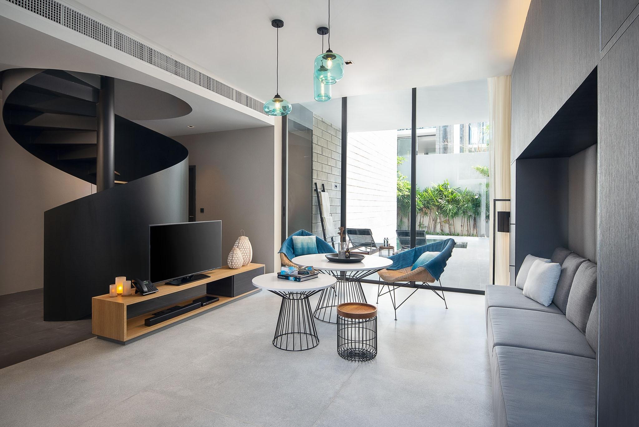บริเวณพื้นที่นั่งเล่นที่เชื่อมต่อสระว่ายน้ำส่วนตัว @ 2-Bedroom Duplex Luxury Pool Villa